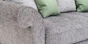 DIVAN - Detail von Armlehne und Sitzkissen in Stoff grau