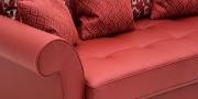 DIVAN - Detailbild Armlehne und Sitzfläche in Leder rot