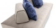 EASY - Detailbild vom Liegesofa mit mobiler Rückenlehne in grau-beigen Stoff und blauen Kissen
