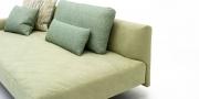 EASY - Deatailbild der gewollt weichen Sitzfläche in hellgrünen Alcantara