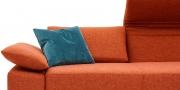 FONTANA II - Sofa Detailbild von verstellbarer Armlehne in Stoff orange