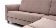 LIBERTY-COMO - Detailbild vom 2 Platz Sofa mit Armlehne und Holzfüße