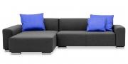 MIRO - 2 Platz Sofa mit Longchair in grauem Stoff mit blauen Kissen