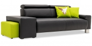 Hocker Modul One in Leder schwaz als Armlehne am Sofa Signum und Hocker Modul Two im Stoff Boussac Bahia grün