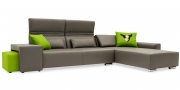 Hocker Modul One in Leder Club slate als Armlehne am Sofa FUTURA und Hocker Modul Two im Webstoff grün