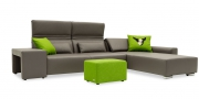 Hocker Modul One in Leder Club slate als Armlehne am Sofa FUTURA und Hocker Modul Two im Webstoff grün