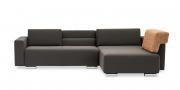 SIRIUS - 2,5 Platz Sofa mir Longchair in braunem Stoff mit Rückenkissen auf Armlehne