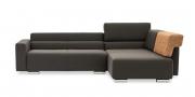 SIRIUS - 2,5 Platz Sofa mir Longchair in braunem Stoff mit zwei Rückenkissen auf Armlehne