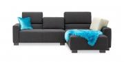 SIRIUS - 2 Platz Sofa mit Longchair in Sonderlänge im grauen Stoff mit blauen Dekokissen und Schaffell