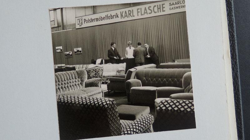 Einsatz des alten Firmenschilds Polstermöbelfabrik Karl Flasche bei einer Messe