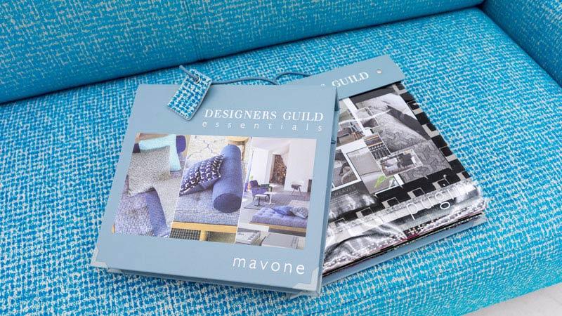 Bild der Stoffkollektionen Mavone und Pugin von Designers Guild auf Sofa
