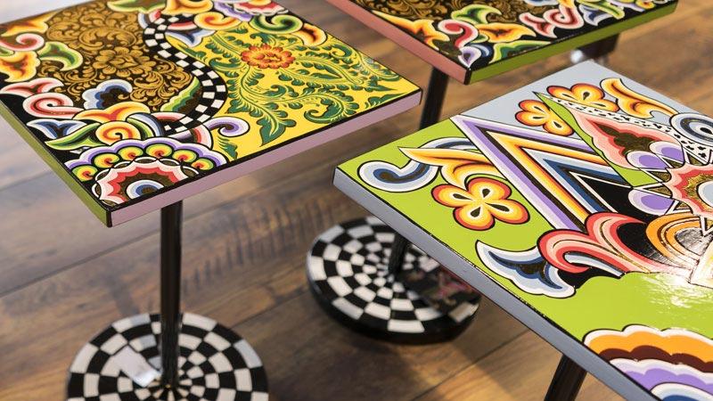 Detailbild der von Hand bamalten Tische von Toms Drag