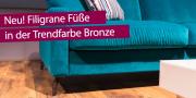 Detailbild blaues Sofa Salma mit neuem filigranem Bronzefuß