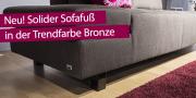 Detailbild graue Couch mit neuem soliden Bronzefuß