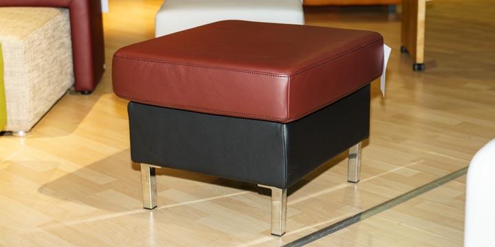 reduziertes Ausstellungsstück Hocker Kubus in Leder rot schwarz