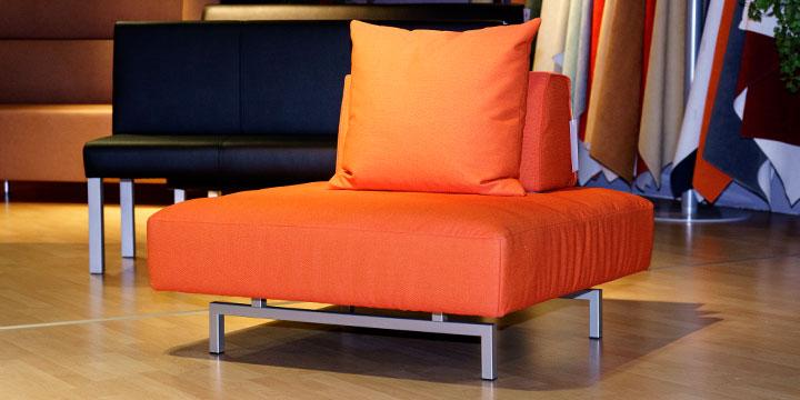 reduziertes Ausstellungsstück Sessel Hocker Easy in Stoff orange