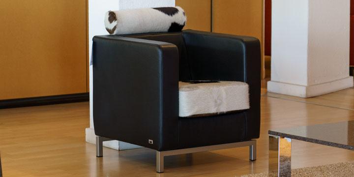 reduziertes Ausstellungsstück Sessel Caro in Leder schwarz mit Kuhfell