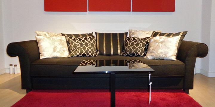 reduziertes Ausstellungsstück Sofa Divan in Stoff braun mit Zierkissen