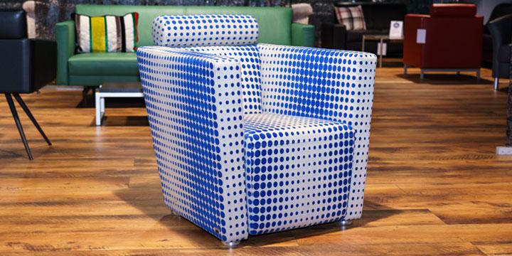 Sale Ausstellungsstück Sessel Arthe in Stoff Kirkby Design