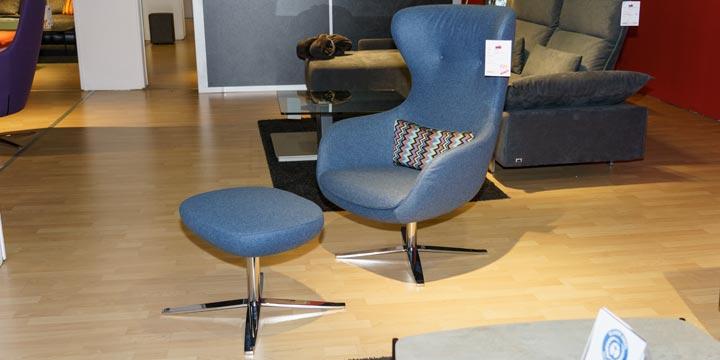 reduziertes Ausstellungsstück Sessel und Hocker Queen in Wollstoff blau
