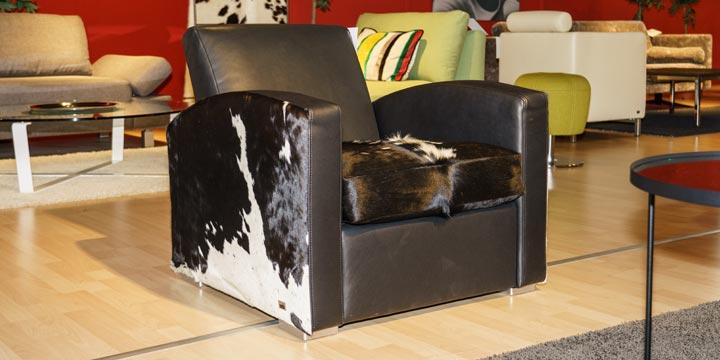 reduziertes Ausstellungsstück Sessel King Carl I in Leder schwarz mit Kuhfell