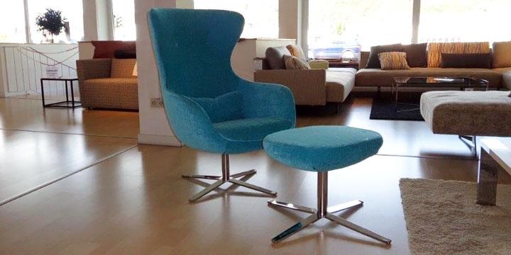 reduziertes Ausstellungsstück Sessel Queen mit Hocker in Stoff blau