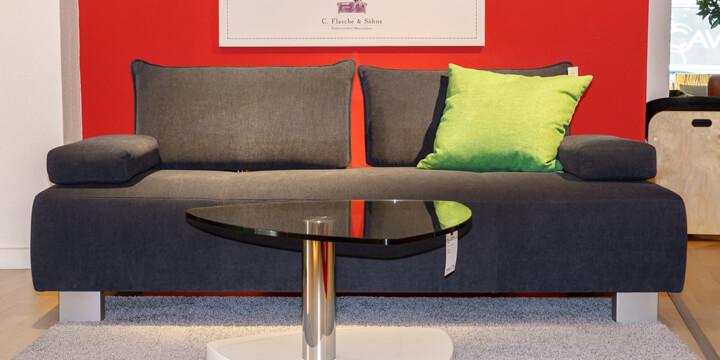 reduziertes Ausstellungsstück Sofa Alessia mit mobile Armlehne in Stoff Villena Schiefer