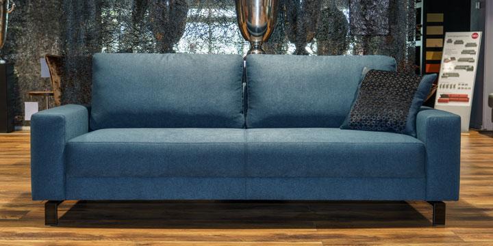 Sale Ausstellungsstück Sofa Amica in Stoff blau grau