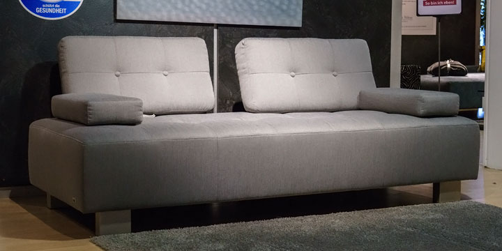 Sale reduziertes Ausstellungsstück Sofa Astoria in Stoff grau mit Knopfhefung