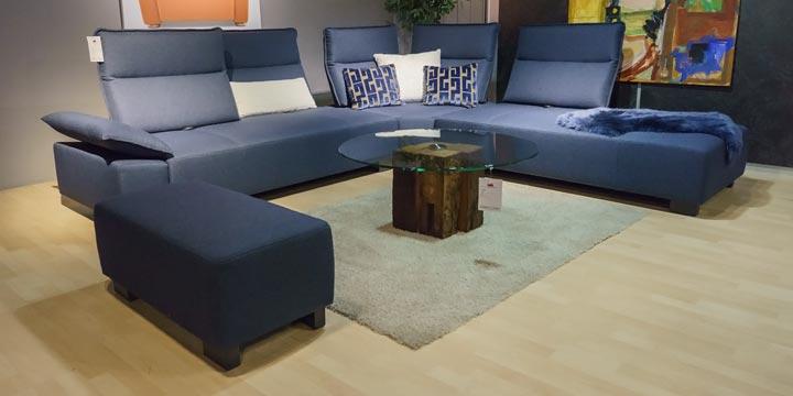 reduziertes Ausstellungsstück Sofa Beluga mit Hocker in blauen Stoff