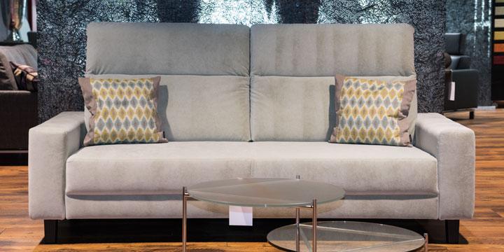 Batida mit Armlehne Amica - 2,5 Platz Sofa Stoff S&V Magic Essence easy clean hell