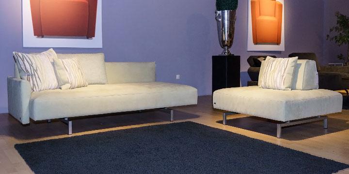 Sale Ausstellungsstück Sofa Easy mit Hocker in Alcantara