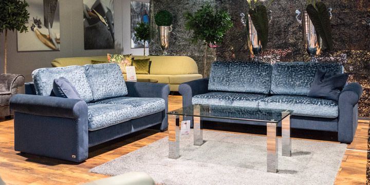 Ora - 2 + 2,5 Platz Sofa in Stoffkombi S&V Velours blau mit floralem Muster