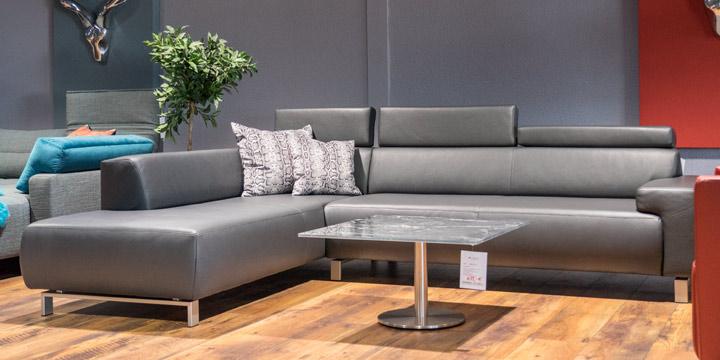 Signum - Longchair + 2,5 Platz Sofa, ca. 218 x 294 cm in Leder Mont Blanc grey mit Effektnaht